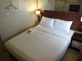 ベッドが部屋のほとんどを占拠。荷物を置けるスペースは、あまりない