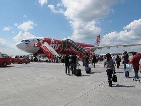 記者が搭乗したエア・アジアXのエアバスA330型機。クアラルンプール空港のLCC専用ターミナルでは、タラップを使って乗り込む仕組みだ