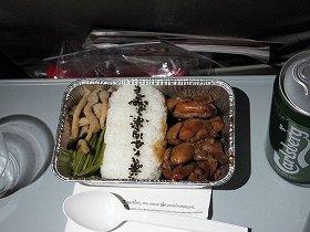 事前に700円で予約した機内食が配布された。ビール・飲み物は別料金だ