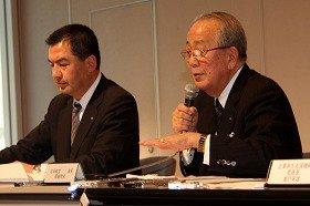 定例会見に臨むJALの大西賢社長(左)と稲盛和夫会長(右)