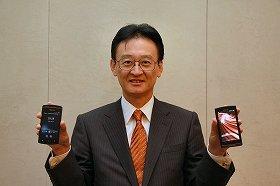「MEDIAS」の新製品を手にする田村社長