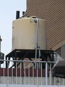 千代田区二番町のビル屋上の貯水タンクでは、水漏れも確認された(写真右下)
