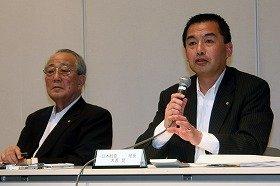 会見に臨む稲盛和夫会長(左)と大西賢社長(右)