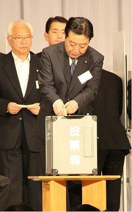 代表選で投票する野田財務相。小沢元代表とはどういう距離感で臨むのか。