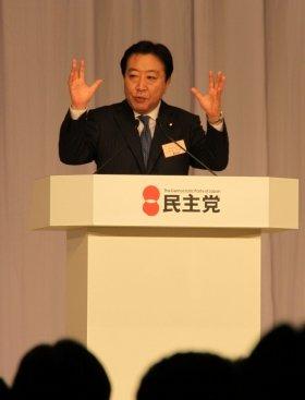 当選後、新代表として演説に臨む野田佳彦財務相