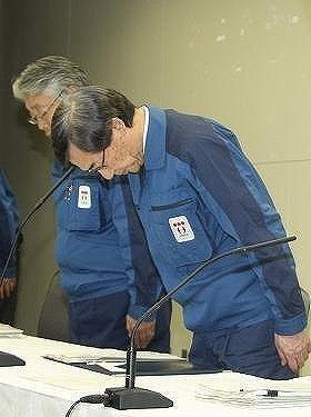 2011年4月13日の会見で頭を下げる東京電力・清水正孝前社長