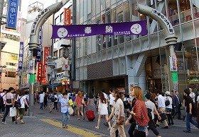 「えっ、ドリブルしながら歩けるの?」 「渋谷センター街」が「バスケ通り」に