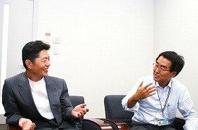 ダイハツ技術本部・エグゼクティブチーフエンジニアの上田氏(右)と大森編集長(左)