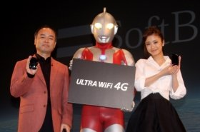 左から孫正義社長、ウルトラマン、上戸彩さん。通信速度の速さを強調した発表会となった。