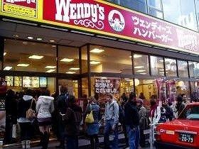 「ウェンディーズ」が復活!(写真は、撤退を惜しんで行列ができた渋谷店、2009年12月写す)