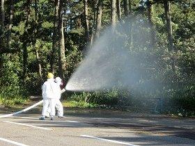 敷地内にまかれる5、6号機の低濃度汚染水(10月7日撮影、東京電力提供)