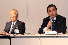 記者会見に臨む稲盛和夫会長(左)と大西賢社長(右)