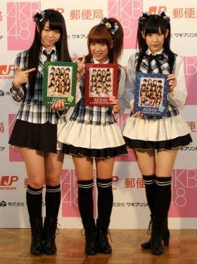 切手シートをPRするAKB48メンバー。左から峯岸みなみさん、高橋みなみさん、渡辺麻友さん