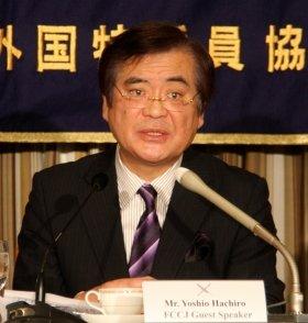 記者会見に臨む民主党PTの鉢呂吉雄座長