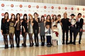 会見には、椎名林檎さん以外の初出場者が姿を見せた。左から少女時代、神田沙也加さん、鈴木福ちゃん、芦田愛菜ちゃん、KARA、猪苗代湖ズ