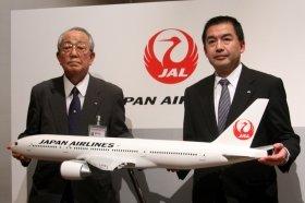 JALの飛行機は11年春から続々と「鶴丸機」に置き換わっている(写真は11年1月の定例会見)