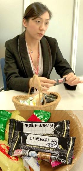 JTBモチベーションズの野本明日香さんと、手書きメッセージが書かれた「ビズチョコ」