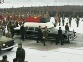 錦繍山記念宮殿をスタートした金正日総書記の葬列。棺を載せた車両の手前に立つ男性が金正恩氏とみられる(朝鮮中央テレビより)
