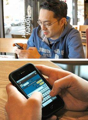 「カカオトーク」で友人とのやり取りを楽しむ李憲政さん。iPhoneの画面には「吹き出し」で互いの会話が表示される(写真下)