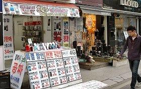 若者に人気の街、新村(シンチョン)には多くのスマホショップが並ぶ
