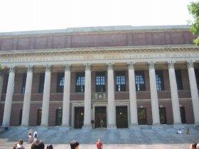 「ワイドナー図書館」は夜10時で閉館(Wikimedia Commonsより)