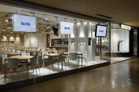 「丸の内タニタ食堂」では、タニタ社員食堂のコンセプトを忠実に再現したヘルシーなメニューを取り揃えているほか、業務用の体組成計を備えたカウンセリングルームを設け、管理栄養士などがアドバイスする無料サービスも行っている