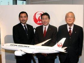 中央がJALの植木義晴次期社長。左が大西賢社長、右が稲盛和夫会長