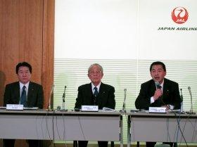 左から植木義晴専務執行役員、稲盛和夫会長、大西賢社長