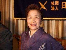 外国特派員協会で記者会見に臨む伸子夫人
