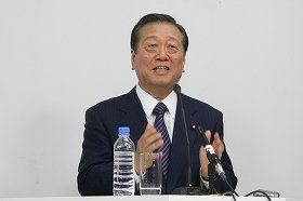 フリー記者らを対象に会見する小沢一郎氏