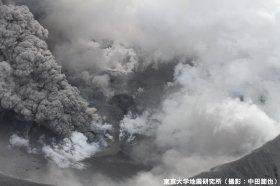 新燃岳、火口底の中央部の様子