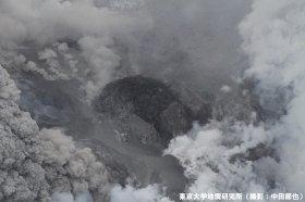 中央の黒い部分が溶岩ドームだ(写真はいずれも「東京大学地震研究所」(撮影:中田節也))