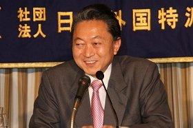 現政権に関する質問に苦笑いする鳩山由紀夫首相