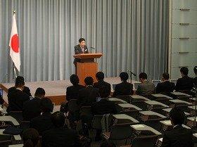 一部「オープン化」された記者会見に臨む枝野幸男官房長官