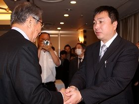 会見終了後に握手を交わす石原慎太郎都知事(左)と一色正春・元海上保安官(右)