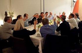 オバマ大統領の左隣で乾杯するジョブズ氏