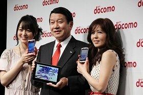 NTTドコモの新モデル発表会。左から朝倉あきさん、山田隆持社長、石野真子さん