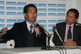 県議会議員選挙への出馬を表明した阿久根市の竹原信一前市長(左)。右側は仙波敏郎前副市長