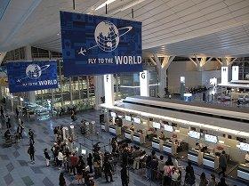 羽田空港の国際線ターミナルは、出国する外国人で混雑している(2010年10月撮影)