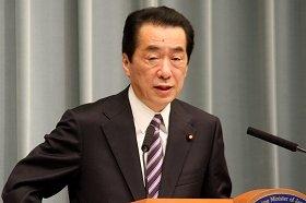 記者会見に臨む菅直人首相