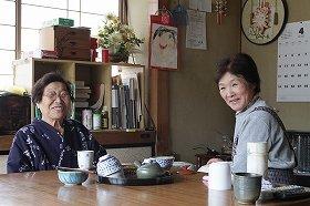 までい民宿どうげを切り盛りする佐野ハツノさん(右)と宿泊客に大人気のばあちゃん