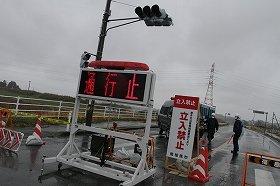 原発から20キロ地点となる福島県南相馬市の道路を封鎖する警察官