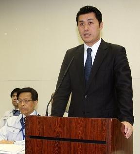 統合対策本部の会見に臨む細野豪志首相補佐官。左は経済産業省原子力安全・保安院の西山英彦審議官