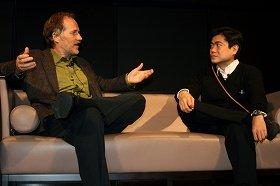 ディム・オライリー氏(左)と対談する伊藤穣一(右、07年撮影)