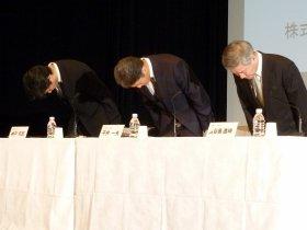 記者会見に出席した神戸司郎氏、平井一夫社長、長谷島眞時氏(左から、5月1日都内で)