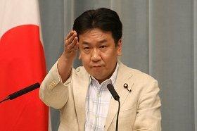 記者会見で記者を指名する枝野官房長官