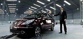 タタ自動車のCM。日本の自動車メーカー幹部とおぼしき男性が、インド車の性能に驚嘆している