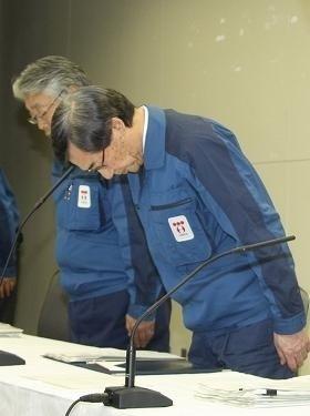 東電株は「政府次第」になってしまった?(写真は、4月13日の東電・清水社長の記者会見)