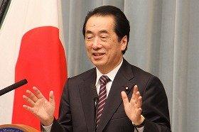 不信任案否決後、初めて会見に臨む菅直人首相。笑みを見せる一幕もあった