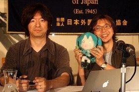 会見に臨んだクリプトン・フューチャー・メディアの伊藤博之社長(左)と福岡俊弘・週刊アスキー総編集長(右)